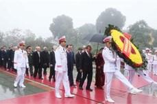 越南共产党建党90周年:党、国家领导入陵瞻仰胡志明主席遗容