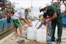 Bộ đội Biên phòng chung tay chia sẻ khó khăn với người dân vùng hạn mặn