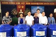 Tặng bồn trữ nước giúp người dân khó khăn vượt qua hạn mặn