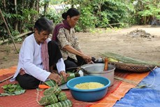 Gói bánh Tét trong Tết truyền thống Chol Chnam Thmay của đồng bào Khmer Nam bộ