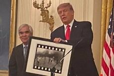 《凝固汽油弹女孩》照片作者荣获特朗普授予的美国国家艺术勋章