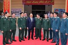 阮春福总理莅临河内防空师检查指导春节执勤备战工作