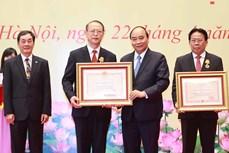 越南国家主席阮春福向优秀科学家颁发荣誉奖项