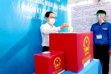 国会和人民议会换届选举:国会常务副主席陈青敏在芹苴市参加投票