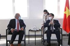 越南国会主席王廷惠会见欧洲各大集团代表