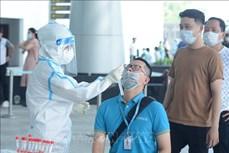 岘港市为在机场工作的2000名工作人员进行核酸检测