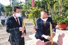 国家主席在胡志明市上香缅怀胡志明主席和英烈们