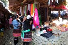 充满民族文化特色的辛溪湖集市