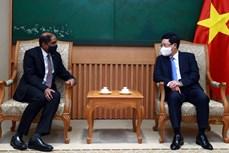 越南政府副总理范平明会见新加坡驻越南大使嘉雅·拉特南