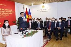 越南国会主席 王廷惠看望越南驻芬兰大使馆工作人员和会见旅芬越南人代表