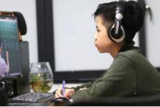 向线上学习条件困难的学生提供资金和设备援助