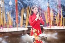 越南人年初去寺庙烧香祈福的美好习俗