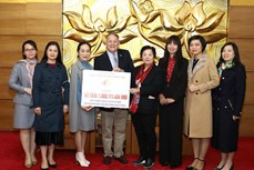 越南—加拿大友好协会举行河内关爱儿童慈善义跑善款支票移交仪式