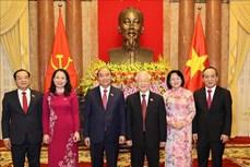 前国家主席阮富仲与新任国家主席阮春福进行交接工作