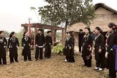 Tinh tế trang phục truyền thống của người La Chí