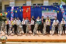 Đoàn đại biểu Quốc hội tỉnh Đắk Lắk đồng hành với học sinh dân tộc thiểu số vùng đặc biệt khó khăn