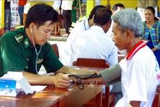 """""""Bác sỹ quân hàm xanh"""" nặng lòng với đồng bào Khmer ở Vĩnh Châu"""