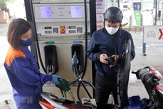 Giá xăng RON95 tăng 370 đồng/lít