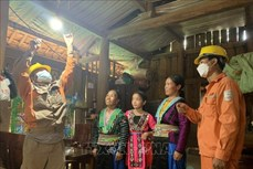 Đồng bào dân tộc Mông ở bản Bãi Tám được sử dụng điện lưới quốc gia