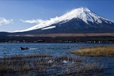 Tuyết sớm trên đỉnh núi Phú Sĩ lần đầu tiên sau 13 năm