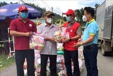 Tặng quà Trung thu cho trẻ em tại khu vực phong tỏa xã Trà Phong, huyện Trà Bồng