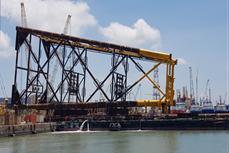 越苏石油联营公司白虎油田BK-21油井的钻机平台成功下水
