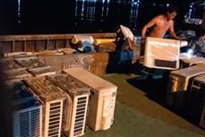 安江省公安力量扣押装满从柬埔寨走私的旧制冷家电的船只