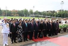 胡志明主席诞辰130周年:党和国家领导拜谒胡志明主席陵