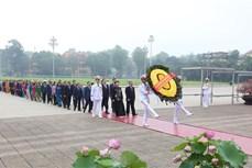 胡志明主席诞辰130周年:国会代表在出席第九次会议前夕拜谒胡志明主席陵