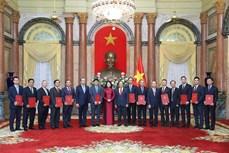 国家副主席邓氏玉盛向12位驻外大使颁发任命书