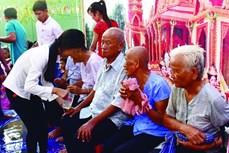 南部地区高棉族人给祖父母沐浴风俗