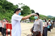近1400名老挝留学生返回越南山罗省上学