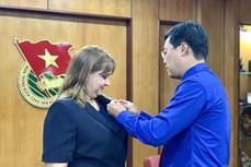 """胡志明共青团中央委员会向古巴驻越副大使授予""""年轻一代贡献""""纪念章"""