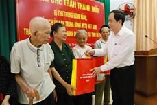 越南祖国阵线中央委员会主席陈青敏看望慰问河静省优抚家庭
