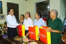 越南祖国阵线中央委员会主席陈青敏看望慰问乂安省优抚家庭