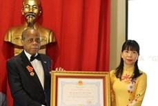 越南向原莫桑比克驻越大使授予友谊勋章