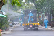 岘港市对高风险感染区进行消毒和环境处理工作