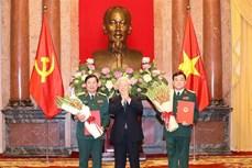 阮富仲总书记向中将晋升上将军衔的军官颁发命令状