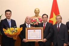越南向日本首相特别顾问授予越南友谊勋章