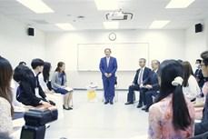 日本首相菅义伟会见越日大学的大学生