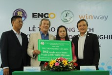 旅居海外越南人向胡志明市高等院校捐赠书籍