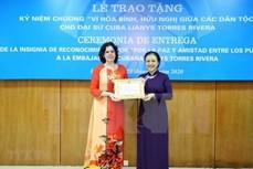 越南向古巴驻越南特命全权大使授予纪念章