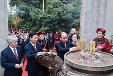 越南国家主席阮春福向各位雄王敬香