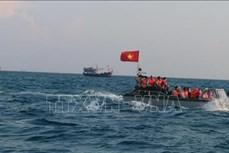 """越南国家主席向""""百万面国旗助力渔民靠海谋生""""项目捐赠5000面国旗"""