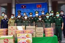 广南省边防部队向老挝色贡省边境保护力量捐赠粮食和医疗物资