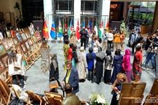 越南驻土耳其大使馆参加在安卡拉举行的刺绣画展