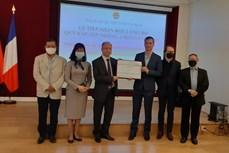 旅居法国越南人和法国朋友为越南新冠疫苗基金会捐赠2万欧元