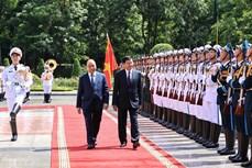 越南国家主席阮春福与夫人主持仪式欢迎老挝党中央总书记、国家主席访越