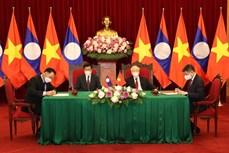 越共中央总书记阮富仲与老挝人民革命党中央总书记、国家主席通伦出席越老合作文件签字仪式
