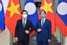 越南外交部部长裴青山会见老挝外交部部长沙伦赛·贡马西